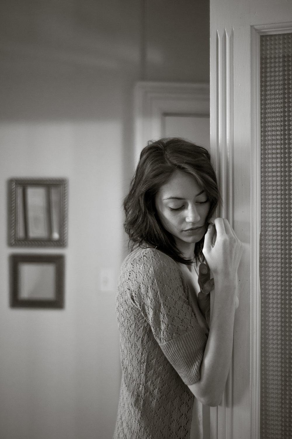 Marta-Hewson-Lifestyle-portrait-Maggie-Mae-Taylor-resting-on-door.jpg