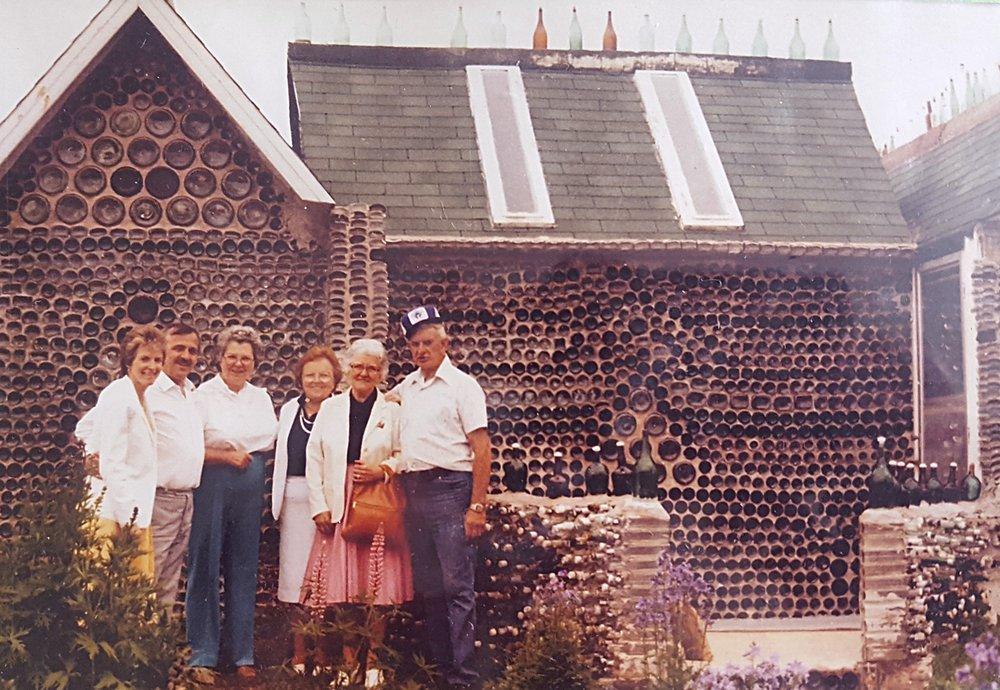 Créées depuis 1980... - Les maisons de bouteilles représentent plus de 25 000 bouteilles de verre recyclées et de couleurs variées en trois bâtiments féériques qui font l'admiration des visiteurs qui s'y rendent. Ces maisons ont été construites par Édouard T. Arsenault. L'idée de son projet lui est venu après que sa fille Réjeanne, ancienne propriétaire, lui a apporté quelques cartes postales d'une attraction touristique faite en bouteilles sur l'Île de Vancouver en Colombie-Britannique.