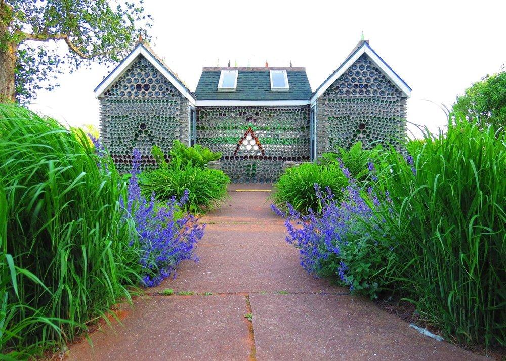 La maison à six pignons - Cette première maison de bouteilles a été construite en 1980 avec environ 12 000 bouteilles. La bâtisse mesure 20 pieds x 14 pieds et comprend trois sections.Le choix méticuleux des couleurs et formats de bouteilles utilisées font en sorte que le produit final est de toute beauté.