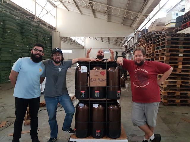 Equipe Trilha-Urbana de embalagem para a exportação.