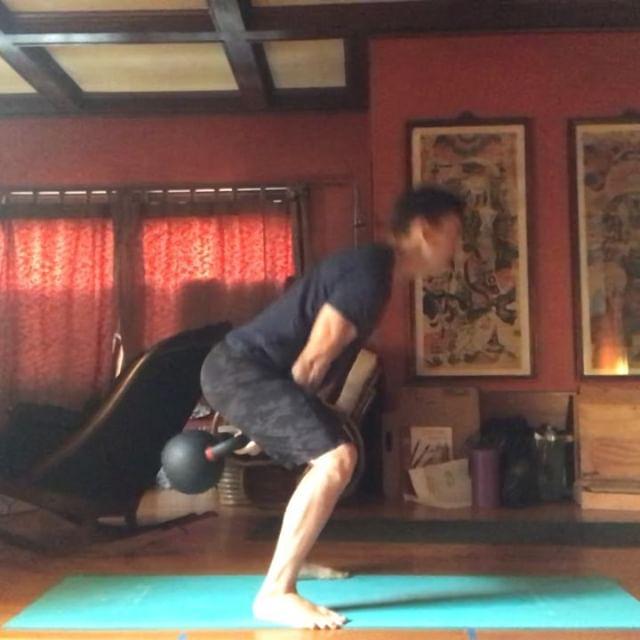 """El Kettlebell Swing ¿Cual es el objetivo? ¿Para que sirve? ¿Como aprendo a hacerlo?  El objetivo es impulsar una pesa como """"columpio"""" entre mis piernas y utilizando la cadena posterior como un resorte para explotar de forma vertical(como si fueras a saltar) y subir la pesa.  Este ejercicio desarrolla balance, ritmo, fuerza, explosividad y coordinación. Siempre de esta refinando y mejorando.  De los errores mas comunes es impulsar la pesa con los hombros y brazos en vez de usar la cadera.  En estos videos estoy haciendo un swing """"hardstyle"""" que le hace mayor énfasis a generar potencia con cada repetición. El otro estilo es el de competencia, ese tiene eficiencia como objetivo. Cada uno tiene sus usos. Explicaré eso en el futuro.  Un principiante debería de conseguir un coach para refinar su técnica. Pero para hacer este ejercicio empieza haciendo un """"eje"""" con la cadera y salta verticalmente.  Cada repetición con esfuerzo máximo, plantado al piso y con respiración coordinada para presurizar el tronco y proteger la espalda.  100-300 repeticiones al día 3X por semana tienen un beneficio tremendo en la fuerza, postura y condición. Estaré simplificando y explicando todos los conceptos de forma individual en las siguientes semanas.  Buen fin de semana!  #fuerzanatural #movement #fuerzanaturalmvt #kettlebell #girya #swing #hardstyle #muevete"""
