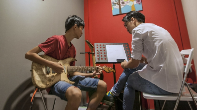 Electric Guitar Lessons   Do you dream of playing guitar like a rock star? Electric guitar is the primary choice for beginners who plan to play rock, metal, blues and modern country music.  Electric guitars are physically somewhat easier to play, because they have a smaller body, thinner neck, and use lighter gauge strings when compared with acoustic guitar.