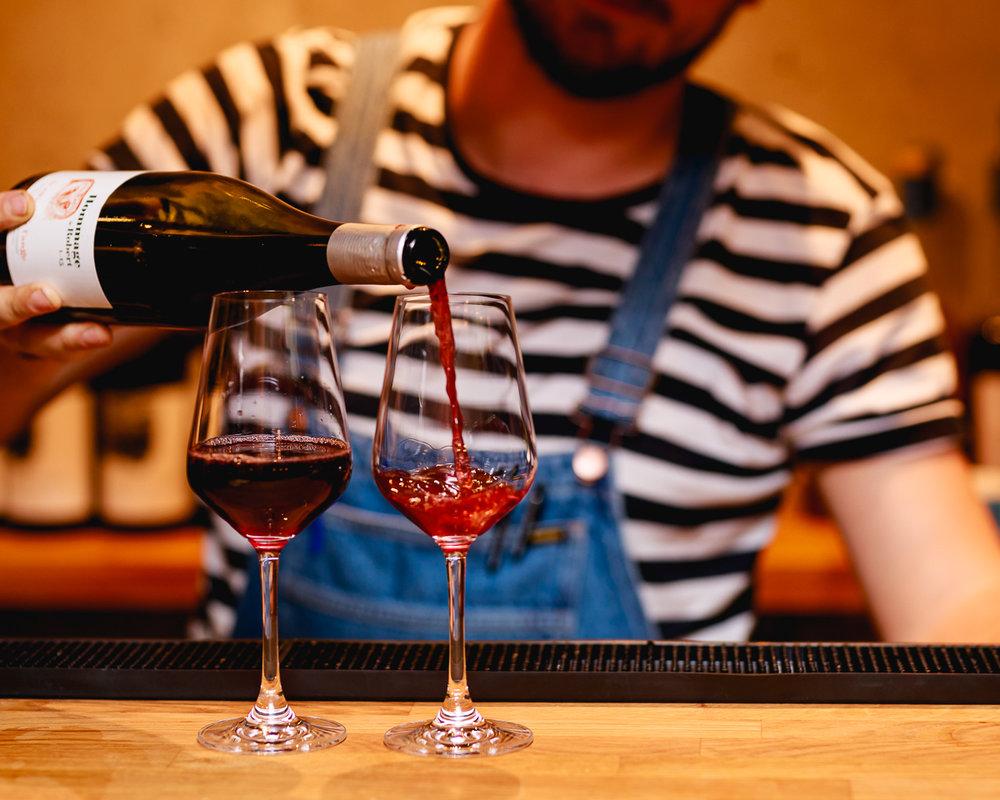 Bara vin, ingen skit - I vår vinhyllan hittar du bara naturviner! Vi gillar helt enkelt när vin smakar vin och inte massa andra tillsatser och konstigheter. Dessutom gör det att alla våra viner är veganska. Bra va?