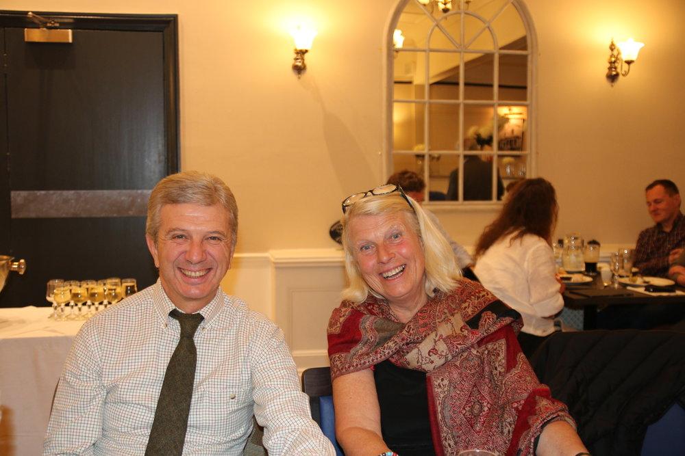 Kristin Jameson et le secrétaire de l'IIRSC Cesare M. Valvo profitant de la soirée après un Field Trial.