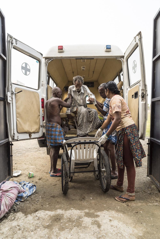 Mitarbeiter eines Hospizes im indischen Bundesstaat Tamil Nadu haben einen alten Mann auf der Straße eingesammelt. (Foto: Benjamin Füglister)