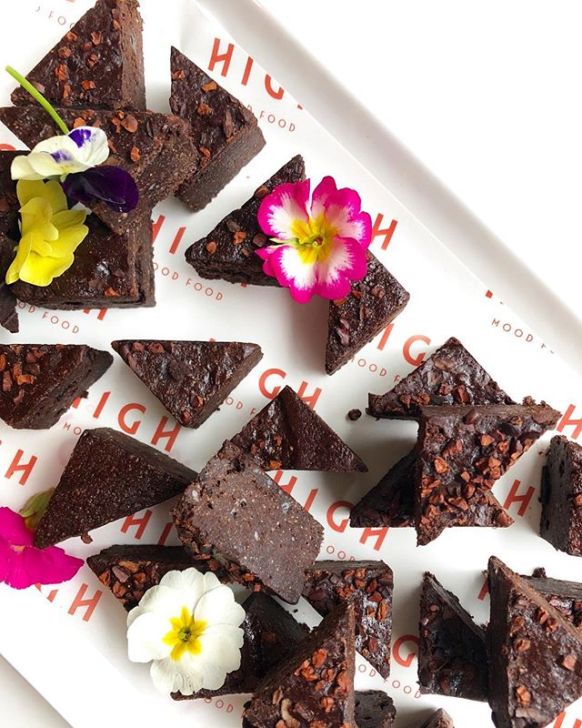 Brownie bites for a launch event this afternoon. Thank you @henriettainman for the beautiful 🌸🌺🌻🌼🌸. * #gowithyourgut #healthybaking #naturallysweet #nottoosweet #browniebites #highcatering #events #eventstyle
