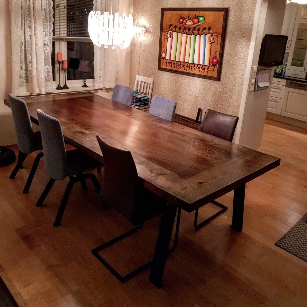 Spisebordet Ella Ask ramme med Alm fylling i mitten