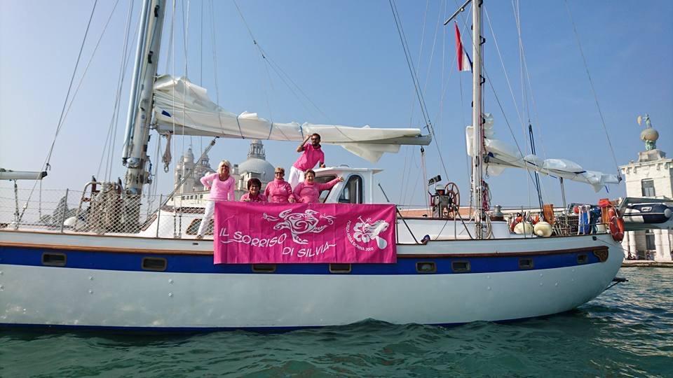 Desire con donne in rosa.jpg