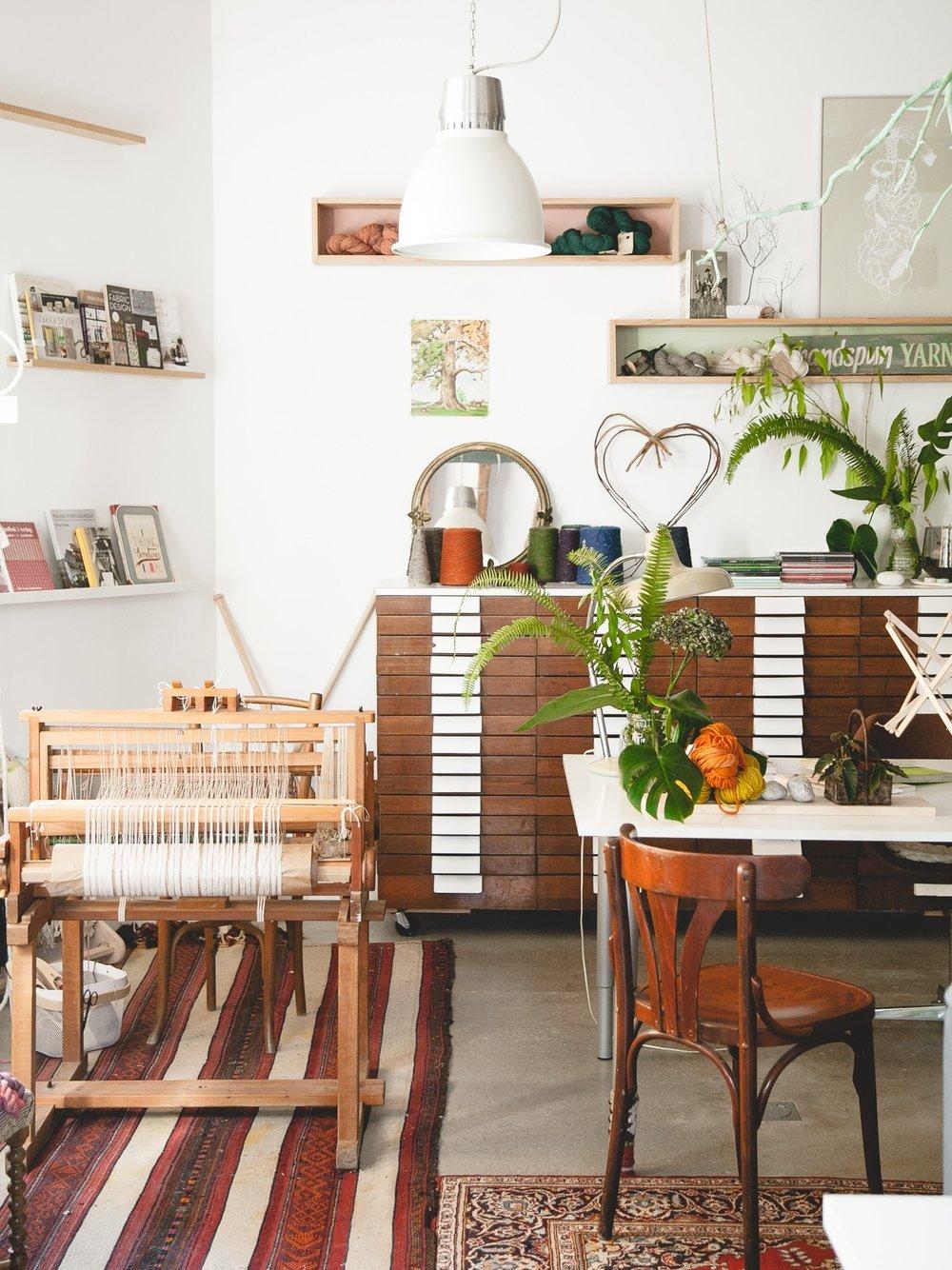 Open Studio 79 - localizado en el cosmopolita vecindario de Santa Catalina en la ciudad de Palma de Mallorca, en España.Acoge a una comunidad local de creativos, pero también tejedores, amantes del diseño como yo, procedentes de todo el mundo.Con un poco de suerte se inspirarán a través de los colores, texturas y obras de otros artistas y artesanos.En la tienda del estudio ofrezco una selección de lanas teñidas a mano, hiladas a mano, talleres… Pásate por allí.OS79 es un espacio fluctuante que se adapta a nuevas formas de creación: talleres con algunos de nuestros artistas invitados, un pop-up de un artesano local y otros eventos especiales.Puedes recibir información sobre lo que sucede en Open Studio 79 suscribiéndote a nuestra newsletter.… O mejor aún, ¡también puedes pasarte a saludar en persona!