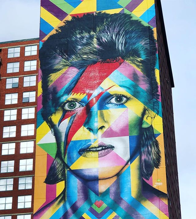 Belated Happy Birthday🎂🎂🎂to fellow Capricorn ♑️ David Bowie. Cheers to You🥂And all your music 🎶 💕💕 🇬🇧 🇬🇧 🇬🇧 🇬🇧 #davidbowie  #davidbowienews  #streetartdaily  #streetstyle  #streetart  #muralart  #happybirthdaycapricorns  #januarybirthdays