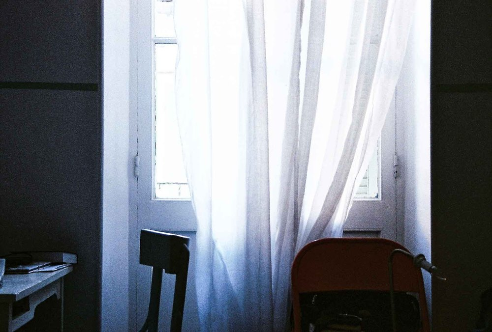 nadia_mounier_photography_shadow_white_indoor_curtain_marseille.jpg