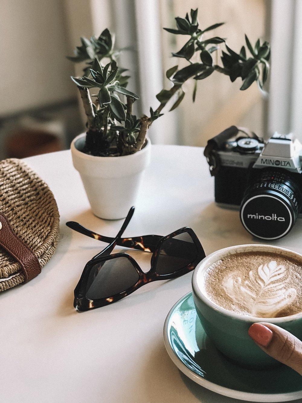Aquí mi objeto principal es el café, pero ¡claro!, ¡Jajajaja, café! Mi café está justo en ángulo y en uso de los tercios. Los demás objetos se encuentran llenando los demás espacios de una manera estética.