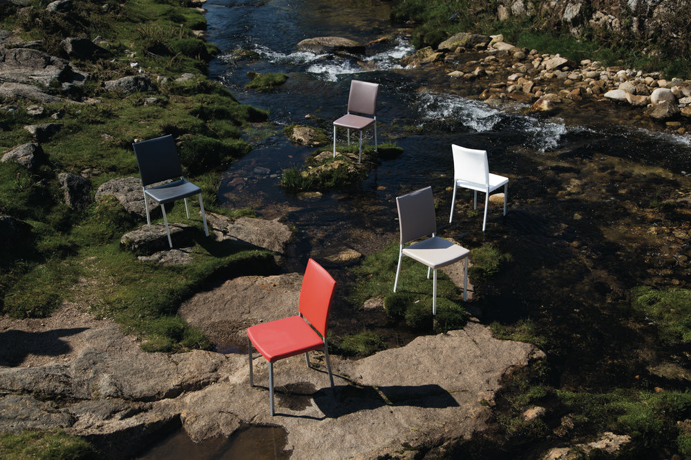 Canela - Uma cadeira que alia o conforto a um desenho minimalista, que lhe confere uma elegância muito particular. Disponível nas cores Cinza, Chocolate, Branco, Negro e Vermelho, é a cadeira ideal para combinar com esta linha de mesas.