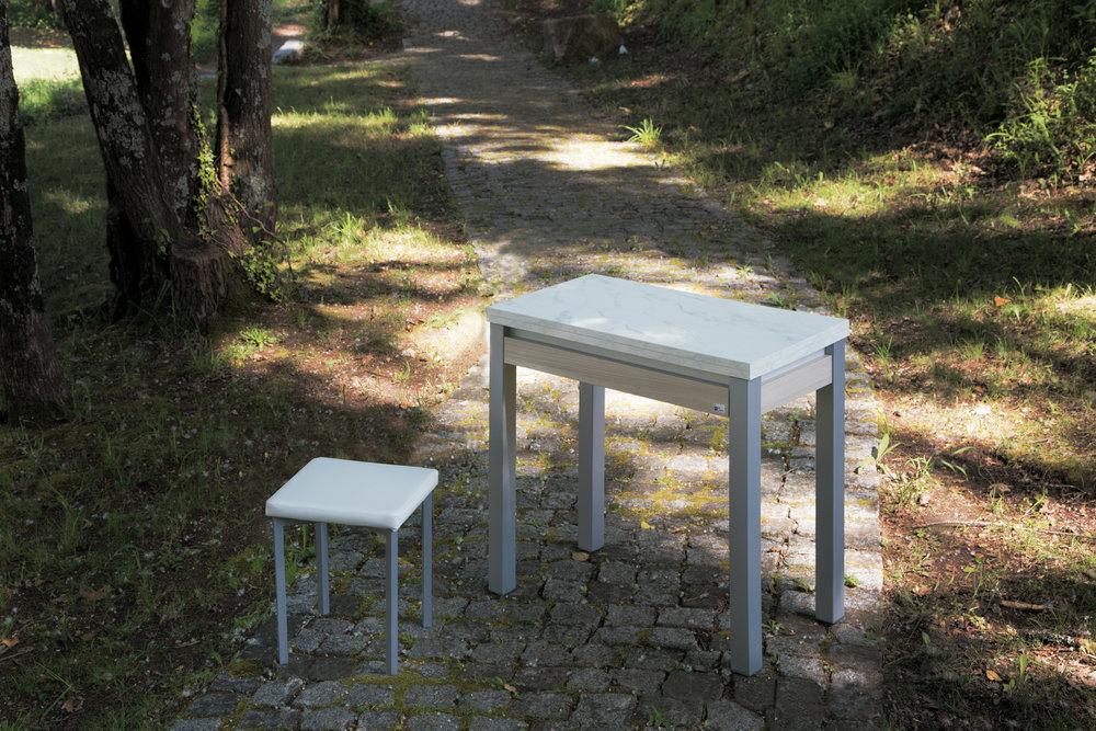"""Book - Uma mesa pensada para pequenas cozinhas mas com muito espaço. O seu sistema de abertura em livro, permite-lhe duplicar o seu tamanho. Existe no acabamento das mesas """"Olmo"""", """"Marmol"""", """"Artico"""", """"Hera"""", """"Nemar"""", """"Marine"""" e """"Venoir""""."""