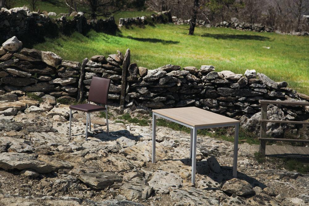 """Iris - A simplicidade de uma mesa que combina a estrutura em metal com o tampo de acabamento """"Olmo"""", """"Hera"""" ou """"Marmol"""". Simplesmente elegante."""