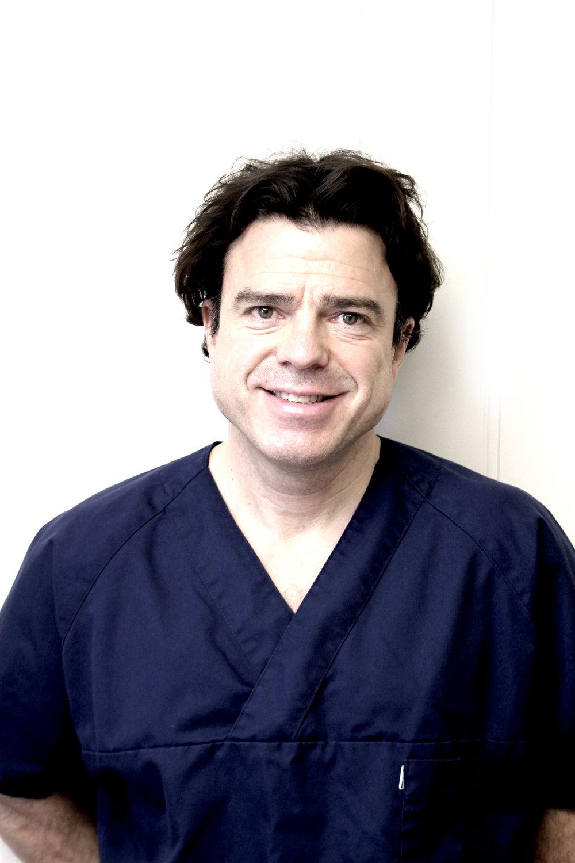 Kjevekirurg Christoph Mike Ziegler   Dr. Christoph Ziegler kommer til Listertannlegene med jevne mellomrom for å gjøre bl.a. implantatoperasjoner, kompliserte ekstraksjoner av tenner og annen avansert kirurgi. Han er utdannet både i odontologi og medisin ved Ruprecht-Karls-Universität i Heidelberg, og var tidligere avdelingssjef ved avdeling for kjeve- og ansiktskirurgi på St. Olavs Hospital.