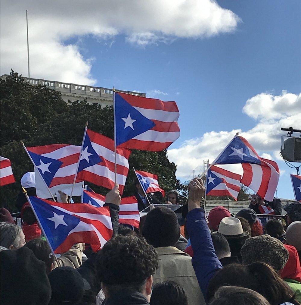 Nuestro trabajo - Abrazo Boricua es la suma de los esfuerzos colectivos de los miembros de nuestra coalición para satisfacer las necesidades del número sin precedentes de puertorriqueños desplazados que llegan a Orlando para reconstruir sus vidas. Después del huracán María y la crisis financiera de Puerto Rico, cientos de miles de nuestros compatriotas estadounidenses han dejado todo atrás para buscar una vida mejor en los Estados Unidos continentales. Si bien cada una de nuestras organizaciones tiene su propio enfoque y experiencia, juntas estamos trabajando como una comunidad para ayudar a esos puertorriqueños a encontrar refugio en Orlando y hacer de nuestra ciudad su hogar.