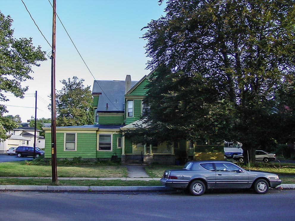 - Vorderseite des Apartment-Hauses an der West Water Street 458 in Elmira, in dem Jane und Rob bis 1975 lebten. Rechts die große Buche, auf die beide in ihren Texten immer wieder zu sprechen kommen.