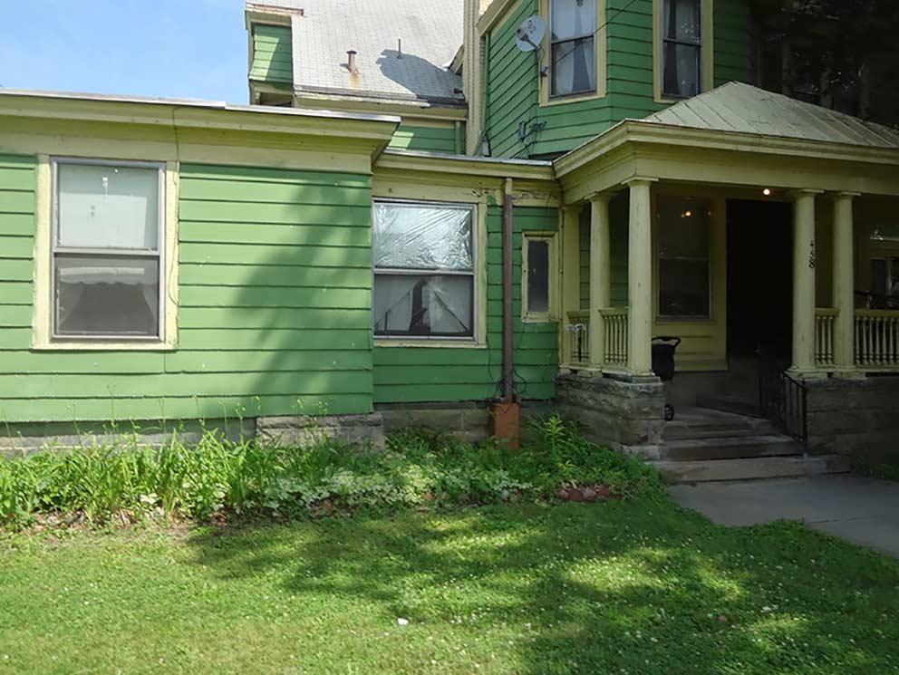 - Eingang des Apartment-Hauses an der West Water Street 458 in Elmira, in dem Jane und Rob bis 1975 lebten. Hier fanden unter anderem auch die ASW-Klassenabende statt.