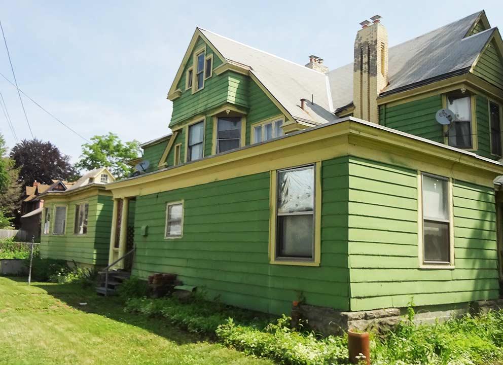 - Rückseite des Apartment-Hauses an der West Water Street 458 in Elmira, in dem Jane und Rob bis 1975 lebten. Im oberen Stockwerk hatten sie zuerst eine, später dann zwei miteinander verbundene Wohnungen gemietet.
