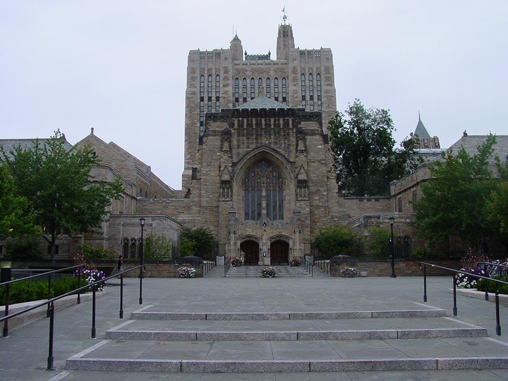 - Eingang zur Sterling Memorial Library der Universität Yale. Hier wird das Seth-Material und alle anderen Texte von Jane Roberts und Robert Butts archiviert und dokumentiert.