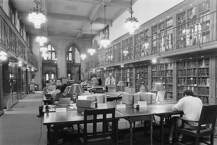 Links: Mary Dillman bei ihrer Arbeit mit den Jane-Roberts-Papers in Yale
