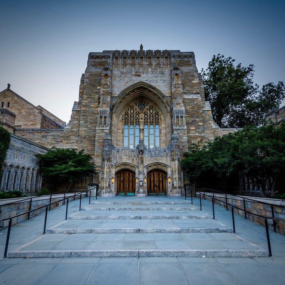 No Religion, no Guru - Sondern ein Angebot für ein komplementäres überirdisches Denkkonzept für tolerante Vernunftmenschen, die Spiritualität nicht abgeneigt sind. Katalogisiert in der Sterling Memorial Library der Universität Yale, New Haven.