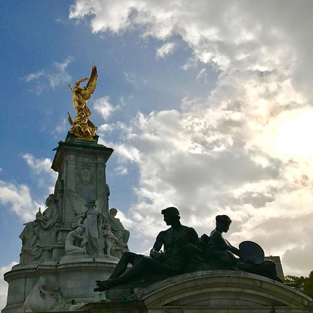The Victoria Memorial is located in front of London's Buckingham Palace 🇬🇧 Have you been to London? If so, share your city tips with your fellow legendary travelers below!