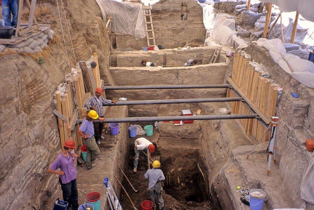 Deep trench, Çatalhöyük, 2006. By Mark Nesbitt. From Wikimedia Commons.