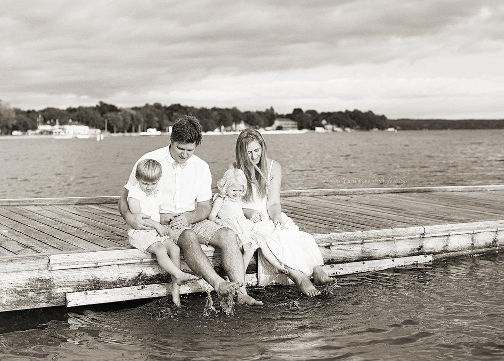 familyphotosatthelakemn.jpg