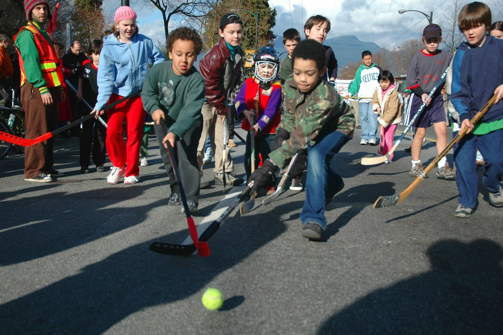 Children_playing_road_hockey_in_Vancouver.jpg
