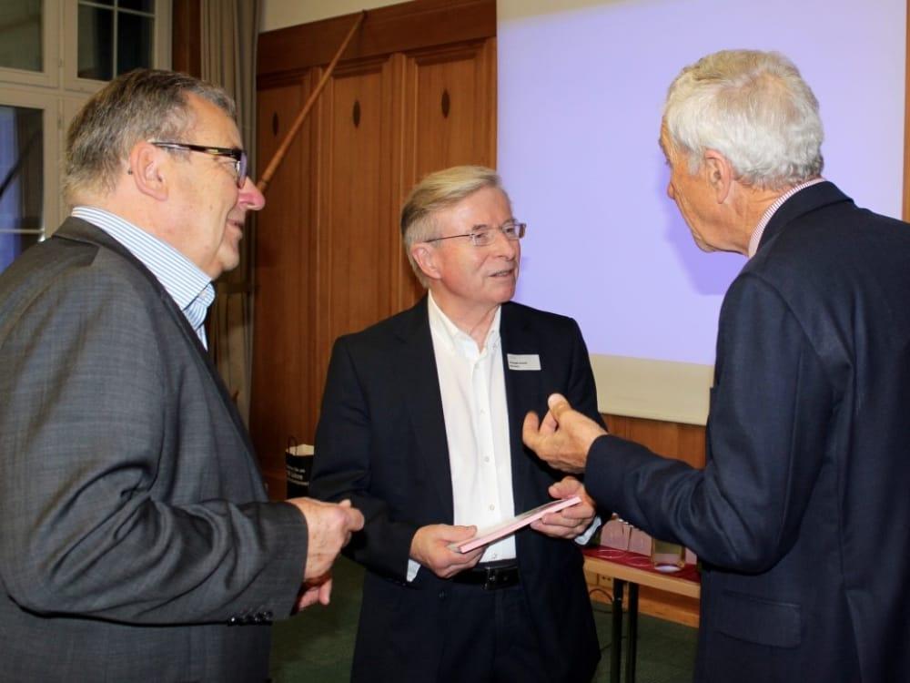 """Dr. Max Becker (links), Christoph Schmid (Mitte) und Dr. Hans Peter Danuser von Platen (rechts) im Gespräch am CGZ Forum """"Die Schweiz verkaufen"""""""
