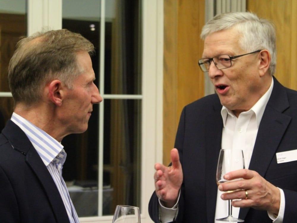 """Vorname Nachname (links) und Jakob Züger (rechts) am CGZ Forum """"Die Schweiz verkaufen"""""""