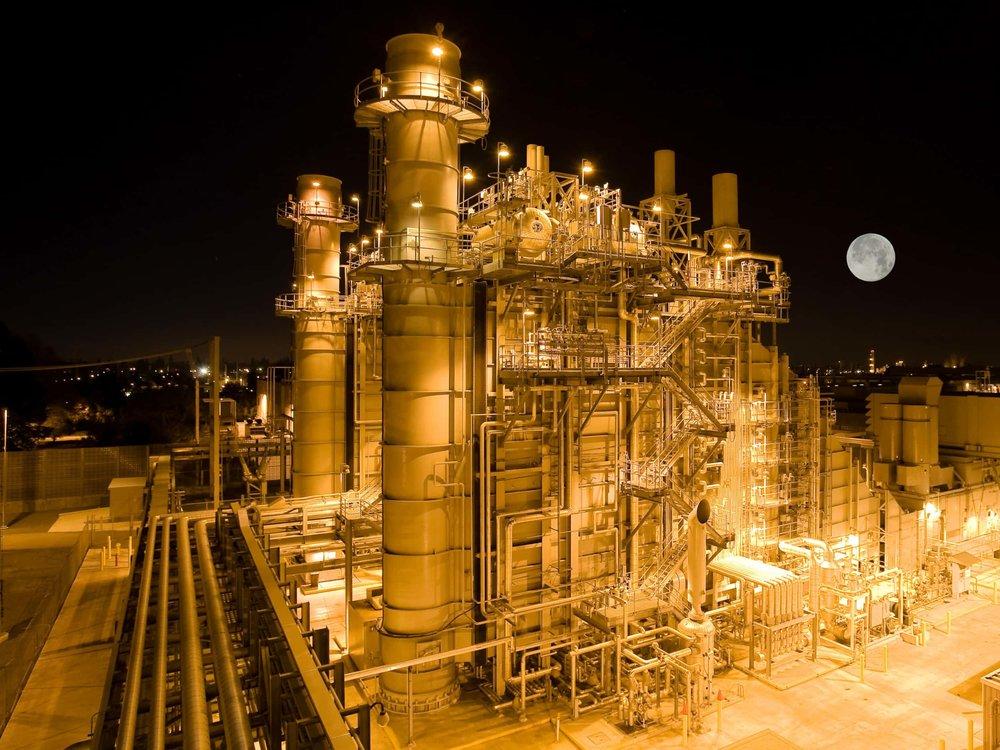 Beleuchtetes Kraftwerk in Santa Clara bei Nacht