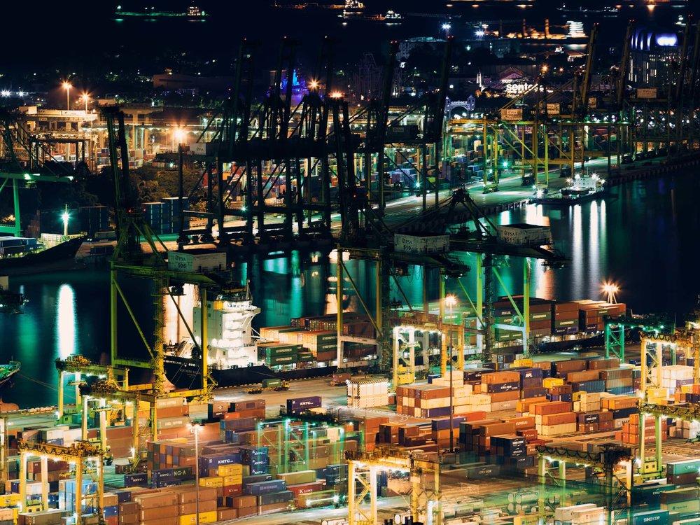 Containerschiff beim Umschlag im Hafen bei Nacht