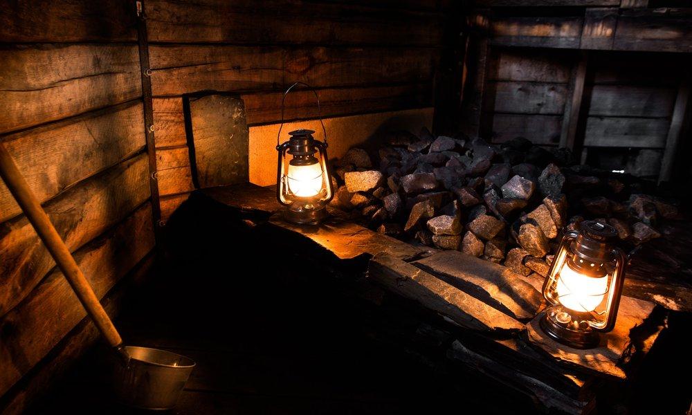 AROMIKKAAT LÖYLYT RUUMIILLE JA MIELELLE   Haapasavussa kohtaavat rauhallinen saaristolaistunnelma ja lempeät, haavan tuoksuiset löylyt. Saunan kiukaan kolmetuhatta kiloa kiveä pitävät huolen siitä, että lämpö pysyy tasaisesti yllä koko saunomisen ajan. Haapasavun kiuas lämmitetään ulkopuolelta. Tässä kokonaan haapapuusta käsin veistetyssä, kahdeksankulmaisessa rakennuksessa kelpaa todella rentoutua.  Lue lisää kuvaa painamalla.     AROMATIC STEAM FOR THE BODY AND MIND   A peaceful archipelago atmosphere and soft, aspen flavored steam bath faces each other in Haapasavu. Three thousend kilos of stove rocks keep a stable warmth through the whole sauna experience. The stove of Haapasavu is heated from outside. One may perfectly relax in this handmade sauna that is exclusively built out of aspen trees.  Read more by clicking the picture.