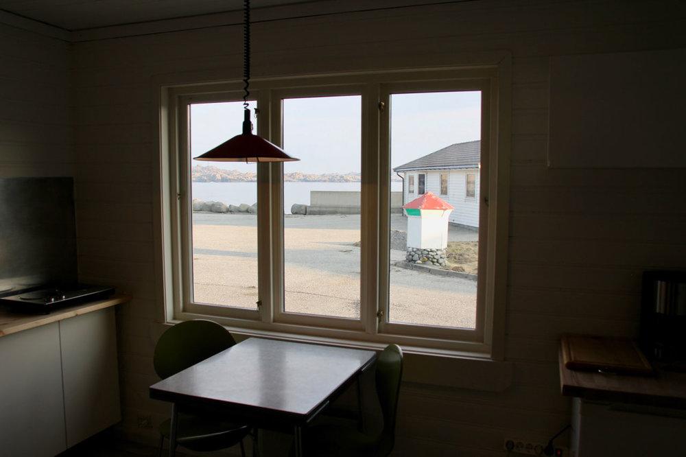 bungalow2-silent-morning-kitchen-table-skaarnesheimen-rawoceanlodge.jpg