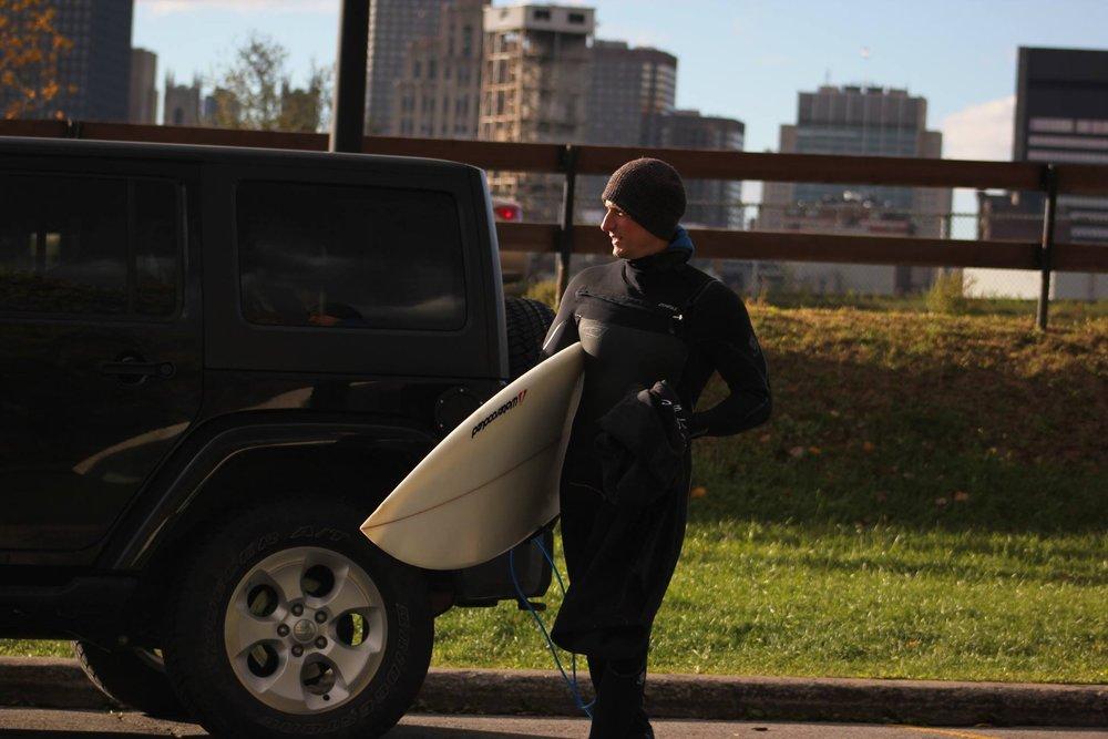 Mtl Surf Rated - Cours de surf de rivière à Montréal à partir du mois d'avril jusqu'à novembre. Vous choisissez la date, on s'occupe du reste.