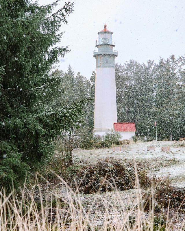 And the snow fell..... . . . . . . #westportwa #washingtonexplored #washingtonstate #discovergraysharbor #pnw #pnwonderland #pnwphotographer #pnwlife #pnwcollective #lighthouse #lighthouse_captures #optoutside #upperleftusa #upperleftcoast #pacificnorthwest #welivetoexplore #exploretocreate #snowday