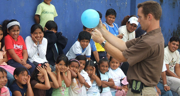 Jeremy King with teaching science to kids in Puyo, Ecuador.