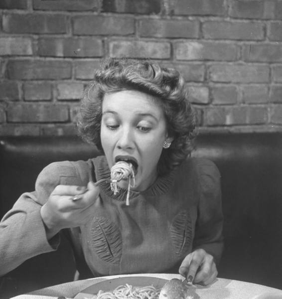 Woman eating spaghetti in restaurant. New York, 1941 (4).jpg
