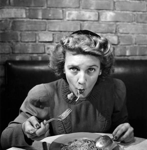 Woman eating spaghetti in restaurant. New York, 1941 (5).jpg
