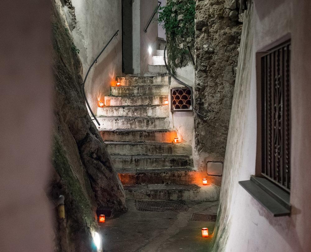 А это дорога к нашему скромному отелю в Атрани. Просто на пасху по всему городу тогда расставили 10000 свечей и они освещали каждую дорогу.