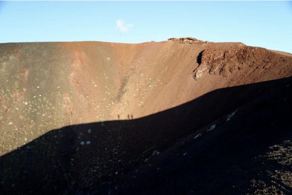 Kiipeämässä Silvestrin ylemmän kraaterin reunaa kahden kilometrin korkeudessa. KUVA:Päivi Laajalahti