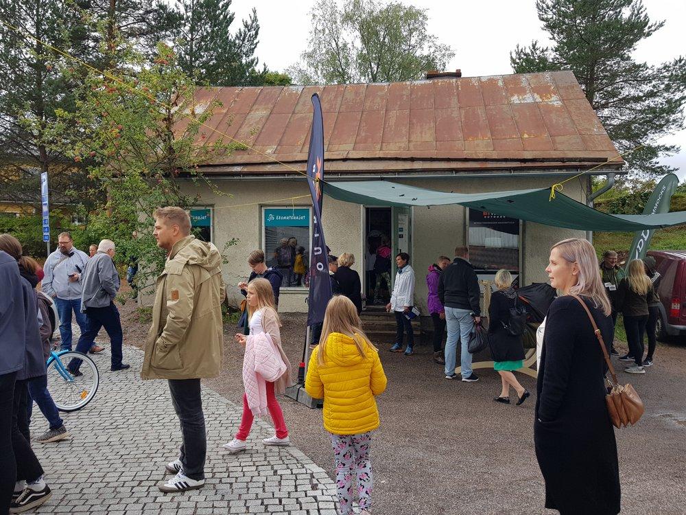 Toimisto sijaitsee pienessä talossa omenapuun alla.