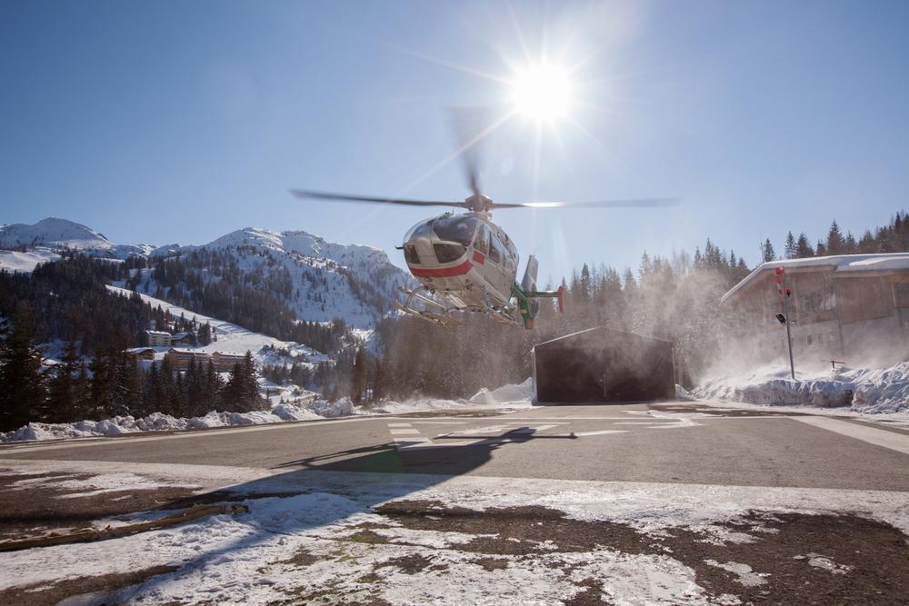 Helicopter landing in ski resort 1000x667.jpg