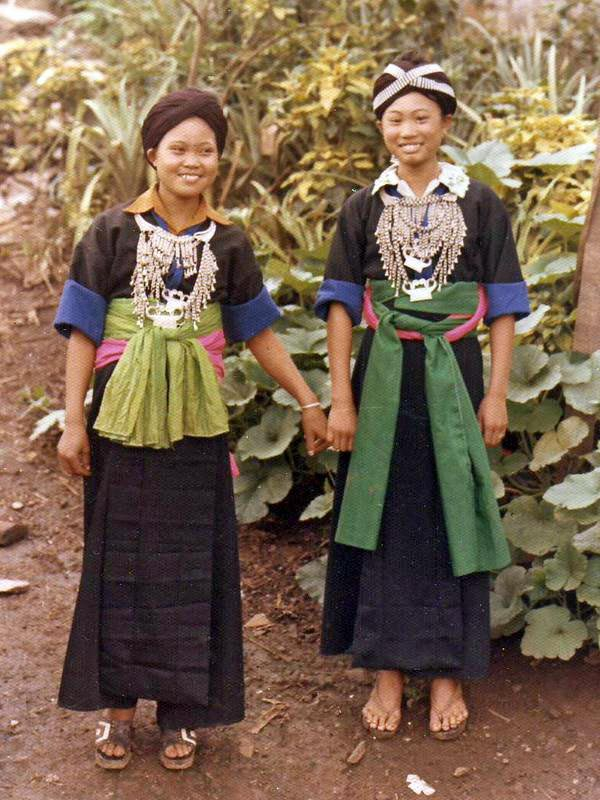 Hmong_girls_in_Laos_1973.jpg