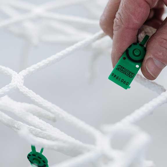 Garantie - * Die Garantiedauer der easy-fix classic Kunststoffnetze beträgt 7 Jahre für Lichtkuppeln und 10 Jahre für Lichtbänder. Wie bei allen Sicherheitseinrichtungen sind die Netze beginnend ab dem 1. Jahr augenscheinlich und danach zusätzlich jährlich mittels Prüfmasche zu prüfen und schriftliche Aufzeichnungen über die Prüfung zu führen. Die Prüfung ab dem zweiten Jahr erfolgt durch Entnehmen einer Prüfmasche, die sich am Netz befindet. Diese entnommene Prüfmasche ist an die Firma Kober Bauwerkschutz zu senden und wird dort auf Festigkeit und Energieaufnahme getestet. Netze bis 10 m² enthalten fünf Prüfmaschen (7 Jahre Garantie), Netze ab 10 m² acht Prüfmaschen (10 Jahre Garantie). Die Kunden erhalten die Prüfprotokolle und Garantiebestätigungen von Kober Bauwerkschutz.