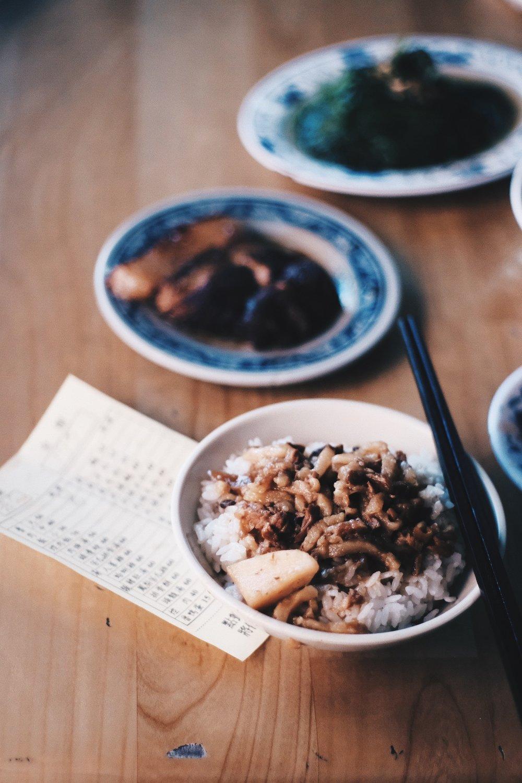 /  金峰魯肉飯   . 入口即溶的魯肉飯,外加一大塊控肉和燙青菜。簡單便已足夠