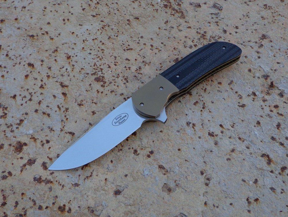 Knife: Piuma Flipper. Böhler N690 Stainless Steel Blade. Titanium bolsters and liners. Carbon Fiber + G10 handle. Titanium belt clip.
